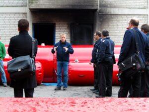 Armin Krebs erläutert Experten von Feuerwehr und Katarstrophenschutz das von der Fa. optimal entwickelte Flutschutz-System.